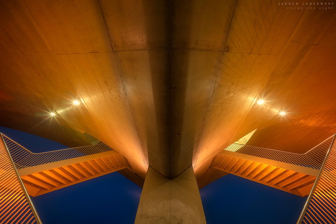 De trappen onder de Oversteek met een abstract standpunt bij avondlicht.