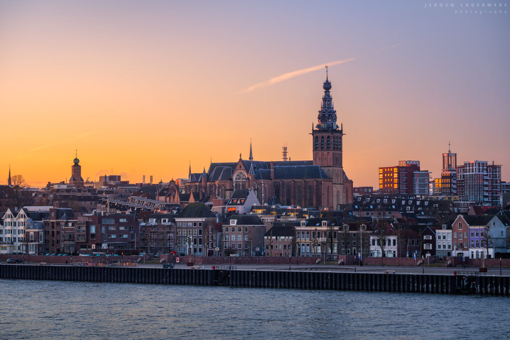 De oude stad Nijmegen met Stevenskerk in de morgen.