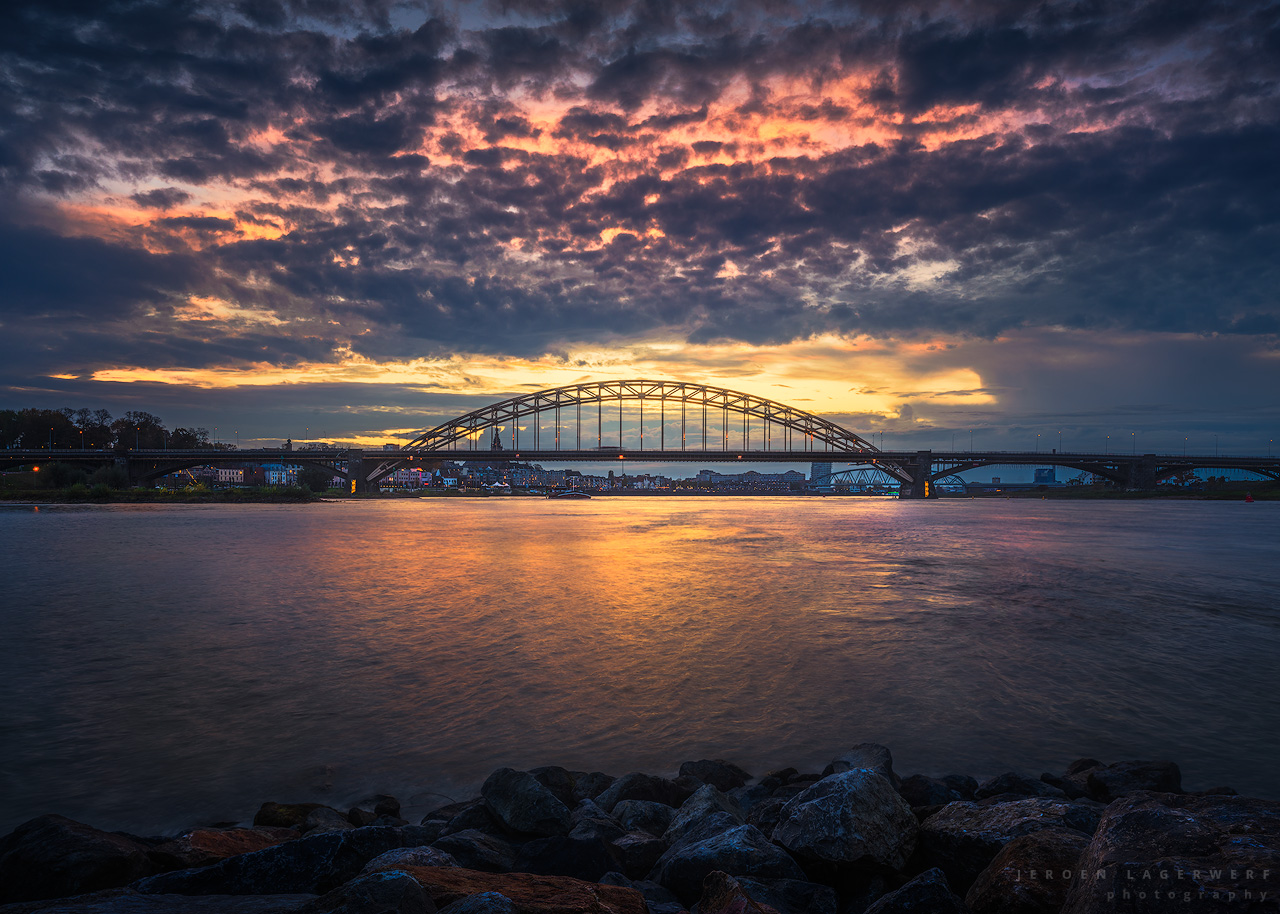 Waalbrug na zonsondergang